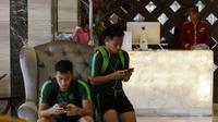 Pemain Timnas Indonesia, Hansamu Yama dan Andik Vermansah, saat berada di Hotel Al Meroz, Bangkok, Kamis, (15/11). Hotel bernuansa Islami itu menjadi tempat penginapan Indonesia jelang laga Piala AFF 2018 melawan Thailand. (Bola.com/M. Iqbal Ichsan)