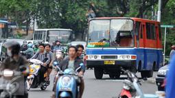 Kondisi Metromini 17 jurusan Pasar Senen - Manggarai yang mengalami rusak pada bagian depan, Jakarta, Selasa (19/4). Belum diketahui maksud dari pengerusakan tersebut. (Liputan6.com/Gempur M Surya)