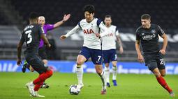 Pemain Tottenham Hotspur Son Heung-min (tengah) mengontrol bola saat melawan Brentford pada pertandingan semifinal Piala Liga Inggris di Tottenham Hotspur Stadium, London, Inggris, Selasa (5/1/2021). Tottenham Hotspur menang 2-0. (Glyn Kirk/Pool via AP)