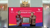 Tangkapan layar menampilkan Komisaris Utama PT. Bukalapak.com Tbk, Bambang Brodjonegorobersama Direktur Utama PT. Bukalapak.com Tbk, M Rachmat Kaimuddin saat pencatatan perdana saham BUKA secara virtual, Jakarta, Jumat (6/8/2021). (Liputan6.com)