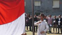 Sejumlah seniman Bandung menggelar upacara memeringati HUT ke-73 RI