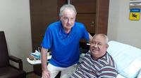 Alfred Riedl saat menjenguk mantan manajer timnas Indonesia, Andi Darussalam di Singapura, 2018 lalu (Istimewa)