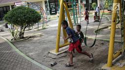 Anak-anak bermain ayunan di RPTRA Taman Kenanga, Jakarta, Selasa (28/9). Di mana taman tersebut akan dibangun di Jakarta Utara, Barat dan Pusat. Di mana empat RPTRA di Jakpus, lima di Jakut, dan dua di Jakarta Barat. (Liputan6.com/Faizal Fanani)