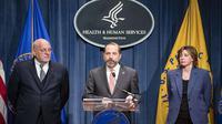 Menkes AS Alex Azar (tengah) didampingi dua petinggi CDC, Robert Redfield (kiri) dan Nancy Messonier dalam konferensi pers COVID-19 di Washington, 28 Januari 2020. (Foto: AFP/Getty/Samuel Corum)