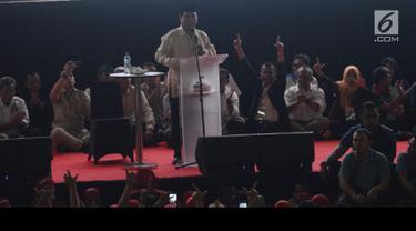 Capres nomor urut 02 Prabowo Subianto menyampaikan pidato politiknya pada perayaan Hari Buruh 2019 di Tennis Indoor Senayan, Jakarta, Rabu (1/5/2019). Aksi peringatan May Day yang digelar KSPI itu untuk menyuarakan kesejahteraan buruh serta demokrasi jujur dan damai. (merdeka.com/Imam Buhori)