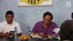 Tokoh Nasional Rizal Ramli (kanan) saat melakukan dialog dengan nelayan yang tergabung PNKT, di Komplek Pelabuhan Jongor, Kota Tegal, Kamis (4/1). Kapal tersebut agar bisa digunakan untuk menangkap Ikan di Natuna. (Liputan6.com/Pool/Asin)