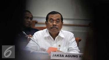 Jaksa Agung HM Prasetyo mendengarkan saat mengikuti rapat kerja dengan Komisi III DPR RI di Kompleks Parlemen, Jakarta, Senin (6/6/2016). Raker tersebut membahas APBN-P Kejagung Tahun 2016. (Liputan6.com/Johan Tallo)