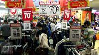 Calon pembeli memilih baju di salah satu pusat perbelanjaan di kawasan Blok M, Jakarta, Selasa (14/7/2015). Menjelang idul Fitri 1436, transaksi penjualan di sejumlah pusat perbelanjaan mengalami peningkatan. (Liputan6.com/Helmi Afandi)