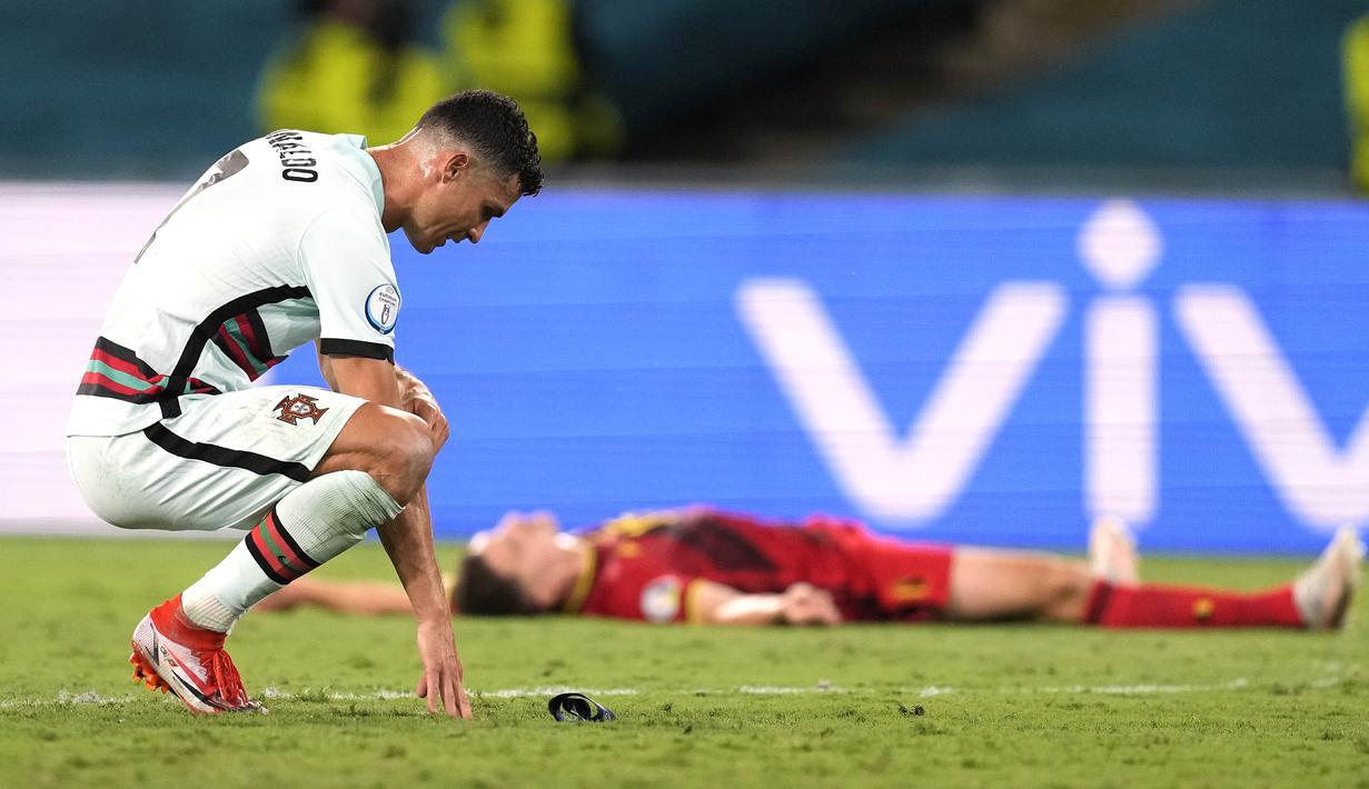 Reaksi kapten timnas Portugal, Cristiano Ronaldo pada babak 16 besar Euro 2020 menghadapi Belgia di Estadio La Cartuja, Sevilla, Spanyol, Senin (28/6/2021) dini hari WIB. Cristiano Ronaldo membuang dan menendang ban kapten usai kalah dari Belgia 0-1. (AP Photo/Thanassis Stavrakis, Pool)