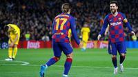 Penyerang Barcelona, Lionel Messi, merayakan gol Antoine Griezmann ke gawang Borussia Dortmund pada laga kelima Grup F Liga Champions, di Camp Nou, Rabu (27/11/2019). (AFP/Pau Barrena)