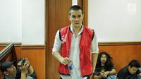 Artis peran Steve Emmanuel menjalani sidang perdana dugaan kasus narkoba di Pengadilan Negeri Jakarta Barat, Kamis (21/3). Sidang Steve Emmanuel itu beragendakan pembacaan dakwaan oleh Jaksa Penuntut Umum (JPU). (Liputan6.com/Faizal Fanani)