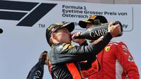 Pembalap Red Bull, Max Verstappen (tengah), menjuarai balapan F1 GP Austria di Sirkuit Red Bull Ring, Minggu (1/7/2018). (Twitter/F1)