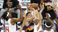 Aksi Pemain Suns Devin Booker (no 1) saat melawan Clippers di final Wilayah Barat NBA (AFP)