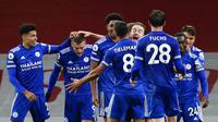 Para pemain Leicester City merayakan gol yang dicetak oleh  Jamie Vardy ke gawang Arsenal pada laga Liga Inggris di Stadion Emirates, Minggu (25/10/2020). Arsenal tumbang dengan skor 0-1. (Will Oliver/Pool via AP)