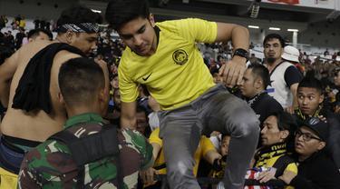 Menpora Malaysia, Syed Saddiq, dievakuasi karena serangan suporter Timnas Indonesia saat laga Kualifikasi Piala Dunia 2022 di SUGBK, Jakarta, Kamis (5/9). (Bola.com/Vitalis Yogi Trisna)