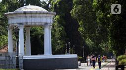 Warga berjalan di pedestrian seputaran Istana dan Kebun Raya Bogor, Jawa Barat, Sabtu (19/9/2020). Sebagai upaya pencegahan penularan COVID-19, Pemkot Bogor menutup sementara pedestrian seputaran Istana dan Kebun Raya Bogor pada Sabtu dan Minggu di masa PSBMK. (Liputan6.com/Helmi Fithriansyah)