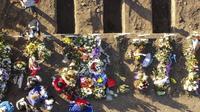 Foto udara lubang kuburan baru di Pemakaman Umum Santiago, pada Senin (7/6/2021). Otoritas kesehatan Chile melaporkan pada hari Senin bahwa jumlah kematian akibat pandemi virus corona telah melampaui 30.000 dan mengumumkan perpanjangan penutupan perbatasan hingga akhir Juni. (MARTIN BERNETTI/AFP)