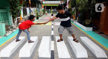 Anak-anak bermain di atas lukisan tiga dimensi (3D) di Jalan Perumahan Bojong Depok Baru 1, RT 03/RW 19 Bojonggede, Bogor, Jawa Barat, Selasa (3/8/2020). Dalam rangka menyambut HUT ke-75 RI, warga berbenah memperindah lingkungan dengan melukis 3D pada jalan. (merdeka.com/Arie Basuki)