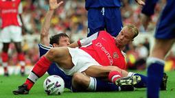 Dennis Bergkamp. Striker Arsenal ini tercatat sebagai pencetak assist tertinggi kelima di Liga Inggris dengan 94 assist. Aksi kerennya terjadi saat ia mencetak 4 assist dalam laga melawan Leicetser City yang dimenangkan The Gunners dengan 5-0 pada 20 Februari 1999. (Foto: AFP/Adrian Dennis)