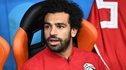 Striker Mesir, Mohamed Salah, tampak tegang saat menyaksikkan pertandingan antara Mesir kontra Uruguay pada laga Piala Dunia di Stadion Ekaterinburg, Jumat (15/6/2018). Mohamed Salah tidak dimainkan karena masih cedera. (AFP/Anne-Christine Poujoulat)