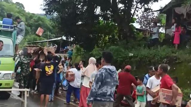 Tangkapan layar video penjarahan bantuan untuk korban gempa di Majene dan Mamuju, Sulbar, yang disebut terjadi di Tapallang. (Foto: Liputan6.com/Tangkapan Layar Video)