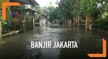 Banjir masih menggenangi sebagian wilayah Ibu kota. Daerah Ciracas contohnya hingga pagi ini masih direndam banjir setinggi 60 sentimeter.