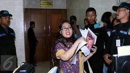 Direktur LBH APIK Ratna Bantara Mukti saat datang di Gedung Nusantara II, Komplek Parlemen, Jakarta, (2/2). Ia langsung masuk ke Sekretariat MKD dengan membawa sejumlah bukti. (Liputan6.com/JohanTallo)
