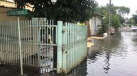 Akibat hujan, sejumlah titik di Jakarta tergenang, Sabtu (18/1/2020). Salah satunya Jalan Patra, Tanjung Duren, Jakarta Barat. (Muhammad Radityo Priyasmoro)