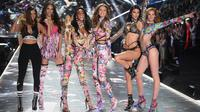 Model Barbara Palvin, Yasmin Wijnaldum, Winnie Harlow, Gigi Hadid, Kendall Jenner dan Alexina Graham berpose di atas catwalk selama Victoria's Secret Fashion Show 2018 di Pier 94 di New York, AS (8/11). (AP Photo/Evan Agostini)