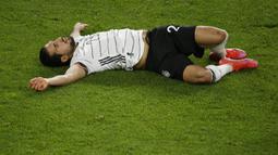 Pemain Jerman Emre Can berbaring di lapangan setelah cedera saat melawan Makedonia Utara pada pertandingan Grup J kualifikasi Piala Dunia 2022 di Duisburg, Jerman, Rabu (31/3/2021). Jerman kalah 1-2. (Thilo Schmuelgen/Pool via AP)