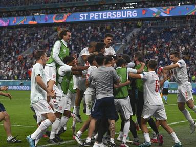 Para pemain Timnas Spanyol berselebrasi setelah pertandingan perempat final Euro 2020 kontra Swiss di Krestovsky Stadium, Saint Petersburg, Sabtu (3/7/2021) dini hari WIB.  Spanyol menyingkirkan Swiss 3-1 (1-1) melalui adu penalti. (Kirill Kudryavtsev, Pool via AP)