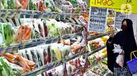 Seorang wanita mencari belanjaan di salah satu pusat perbelanjaan, Jakarta, Senin (1/6/2020). Kementerian Perdagangan akan membuka kembali aktivitas perdagangan seperti pasar rakyat, toko swalayan, pusat perbelanjaan serta tempat hiburan  di masa New Normal. (Liputan6.com/Johan Tallo)