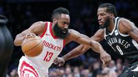 Guard Houston Rockets James Harden (kiri) coba melewati penjagaan penggawa Brooklyn Nets DeMarre Carroll pada laga NBA di Barclays Center, Selasa (6/2/2018) atau Rabu (7/2/2018) WIB. (AP Photo/Kathy Willens)