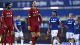 Kapten Liverpool, Jordan Henderson, tampak kecewa usai gagal mengalajkan Everton pada laga Premier League di Stadion Goodison Park, Minggu (21/6/2020). Laga Derbi Merseyside edisi ke-236 itu berakhir 0-0. (AP/Shaun Botterill)