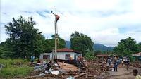 Pengerjaan jaringan listrik yang rusak akibat dampak badai silikon seroja, di pulau Adonara,NTT, oleh PT. PLN Flores Bagian Timur. (Liputan6.com/ Dionisius Wilibardus)