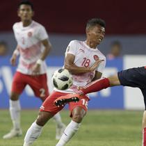 Penyerang Indonesia, Irfan Jaya, berusaha menghalau bola tendangan pemain Laos, Xayasith, pada laga Asian Games di Stadion Patriot, Jawa Barat, Jumat (17/8/2018). Indonesia menang 3-0 atas Laos. (Bola.com/Peksi Cahyo)
