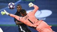 Kiper Lyon, Anthony Lopes, berusaha menghalau bola saat melawan Manchester City pada perempat final Liga Champions di Stadion Jose Alvalade, Sabtu (15/8/2020). Lyon menang 3-1 atas Manchester City. (Franck Fife/Pool/via AP)