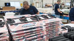 Pekerja mengemasi papan tulis antipeluru di pabrik Hardwire Pocomoke City, Maryland (1/3). Hardwire membuat papan tulis antipeluru untuk ruang kelas yang bisa dimasukan ke dalam tas ransel. (AFP PHOTO / Nicholas Kamm)