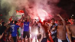 Suporter merayakan kemenangan Italia atas Inggris pada pertandingan final Euro 2020 di Roma, Italia, Senin (12/7/2021). Italia menjuarai Euro 2020 usai mengalahkan Inggris lewat drama adu penalti pada pertandingan final. (AP Photo/Riccardo De Luca)