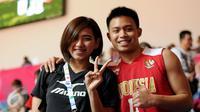 Pebasket Indonesia, Andakara Prastawa Dhyaksa (kanan) berpose bersama pevoli Yolla Yuliana usai berlaga di semifinal SEA Games ke-28 melawan Singapura di OCBC Arena Singapore, Minggu (14/6/2015). Indonesia unggul 87-74. (Liputan6.com/Helmi Fithriansyah)