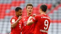 Para pemain Bayern Munchen merayakan gol yang dicetak oleh Benjamin Pavard ke gawang Fortuna Duesseldorf pada laga Bundesliga di Allianz Arena, Sabtu (30/5/2020). Bayern Munchen menang 5-0 atas Fortuna Duesseldorf. (AP/Christof Stache)