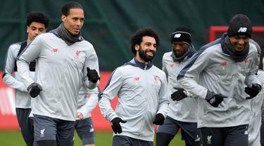 Pemain Liverpool, Mohamed Salah dan Virgil van Dijk saat melakukan latihan jelang laga Liga Champions di Liverpool, Selasa (16/4). Liverpool akan berhadapan dengan FC Porto. (AFP/Paul Ellis)