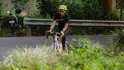 Pebalap sepeda, M Fadli Imammudin saat berlatih melintasi jalan Raya Puncak Cianjur, Bogor, Kamis (23/2). Menurutnya, persiapan intensif dan terarah telah dilakukan sejak beberapa pekan terakhir. (Liputan6.com/Helmi Fithriansyah)