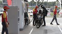 Petugas SPBU Shell mengisi bahan bakar sepeda motor di kawasan bisnis Soewarna, Bandara Soetta, Tangerang, Banten, Kamis (19/4). Shell menambah SPBU di kawasan Bandara Soetta untuk memenuhi kebutuhan bahan bakar berkualitas.(Liputan6.com/Angga Yuniar)