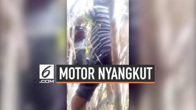 Kejadian cukup aneh terjadi di sekitar Stadion Maguwoharjo, Sleman. Sebuah motor milik tukang ojek menyangkut di pohon bambu. Penyebabnya pun masih menjadi misteri. Dari kabar yang beredar, tukang ojek tersebut dikerjai hantu.