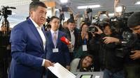 Sooronbai Jeenbekov saat memasukkan surat suaranya dalam Pemilihan Presiden Kyrgyzstan yang dilaksanakan pada 15 Oktober 2017. (AP Photo/Vladimir Voronin)