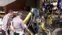 Sebuah truk di Cianjur menabrak sebuah angkot dan sejumlah sepeda motor.