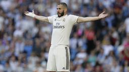 Striker Real Madrid, Karim Benzema, saat melawan Celta Vigo pada laga La Liga 2019 di Stadion Santiago Bernabeu, Sabtu (16/3). Real Madrid menang 2-0 atas Celta Vigo. (AP/Paul White)