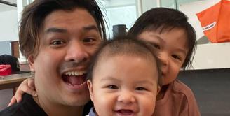 Seperti inilah kebersamaan Glenn Alinskie bersama kedua buah hatinya, Nastusha Olivia Alinskie dan Dante Oliver Alinskie. Senyum mereka terpancar dari Glenn dan dua anaknya. (Foto: instagram.com/glennalinskie)