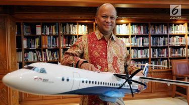 Komisaris PT Regio Aviasi Industri Ilham Habibie saat sesi foto di samping Replika Pesawat R80 seusai melakukan penandatanganan Partneship Agreement dengan investor R80, Jakarta, Kamis (22/2). (Liputan6.com/JohanTallo)